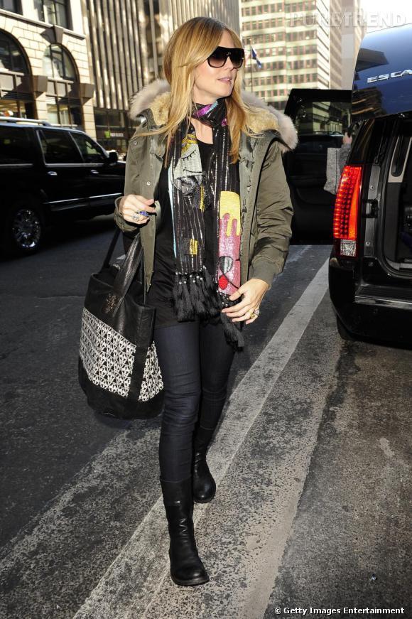 Heidi Klum convainc en doudoune kaki, aidée par des accessoires rock et colorés.       Ce qu'on lui pique :  Le foulard en sequins et les bottines plates.