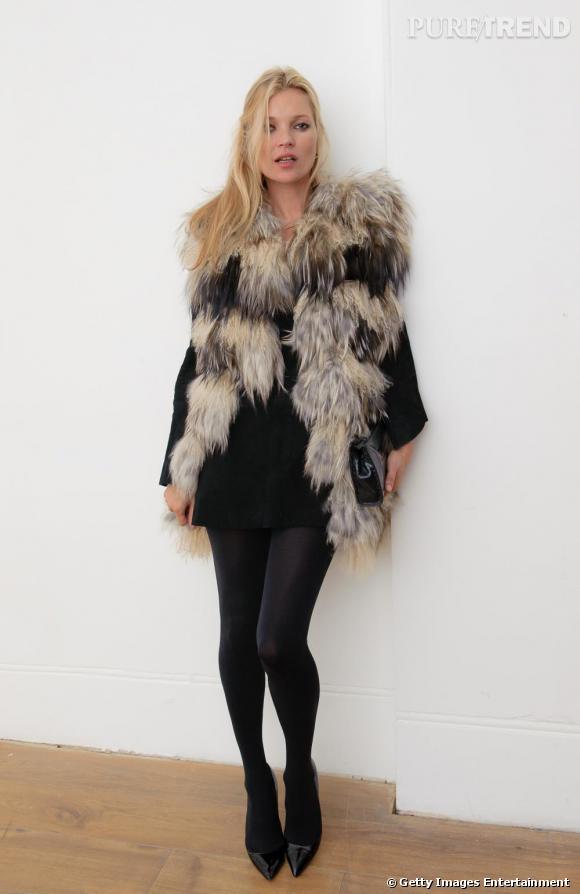 Kate Moss mise sur un total look noir qu'elle pimente avec un manteau XXL.       Ce qu'on lui pique :  Le manteau en moumoute inspiré du défilé Chanel.
