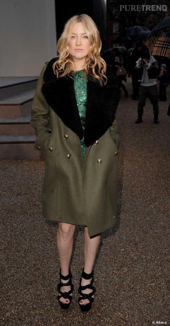 Kate Hudson parie sur le vert, couleur flatteuse sur les blondes, habillée d'une robe glitter et d'un manteau militaire.    Ce qu'on lui pique :  Le manteau d'hiver à col de fourrure. Imposant, il fait son effet seul.