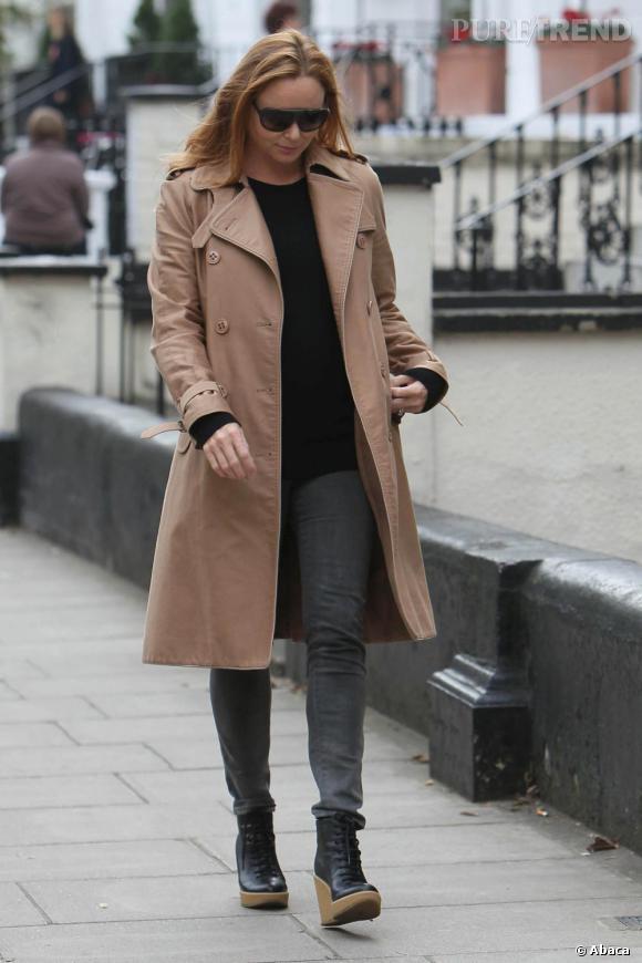 Stella McCartney opte pour une tenue basique, slim gris et trench coat beige.    Ce qu'on lui pique :  Les bottines compensées. Un modèle bien pensé pour pimenter son look.