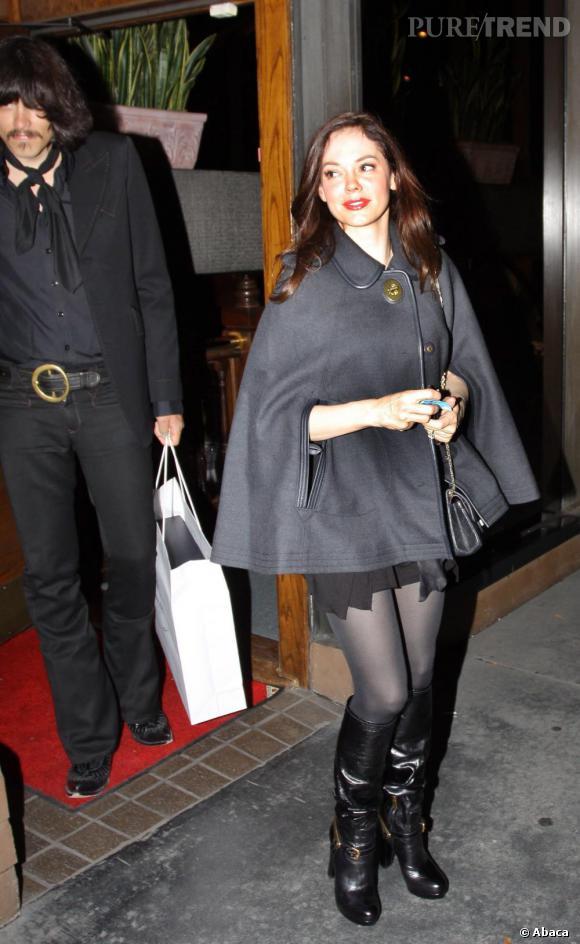 Rose McGowan, élégante en gris et noir.