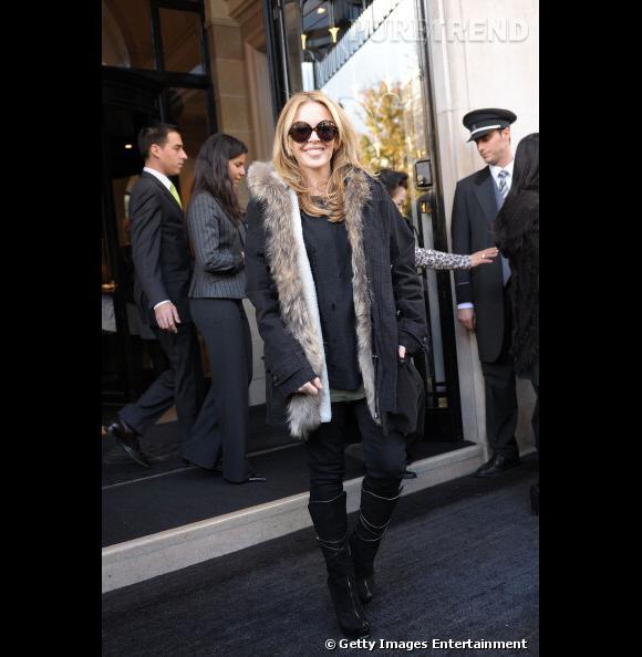 Comme Kylie Minogue, on gagne en hauteur en portant des bottes à talons en cuir noir.
