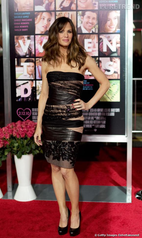 Allure romantique à la Première de  Valentine's Day , Jennifer s'illustre en robe bustier aux détails de dentelle rebrodée.