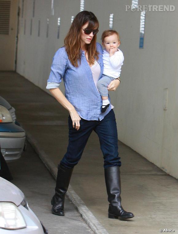 Hors des tapis rouges, le look de Jen se veut low profile : chemise, jean brut et bottes cavalières.