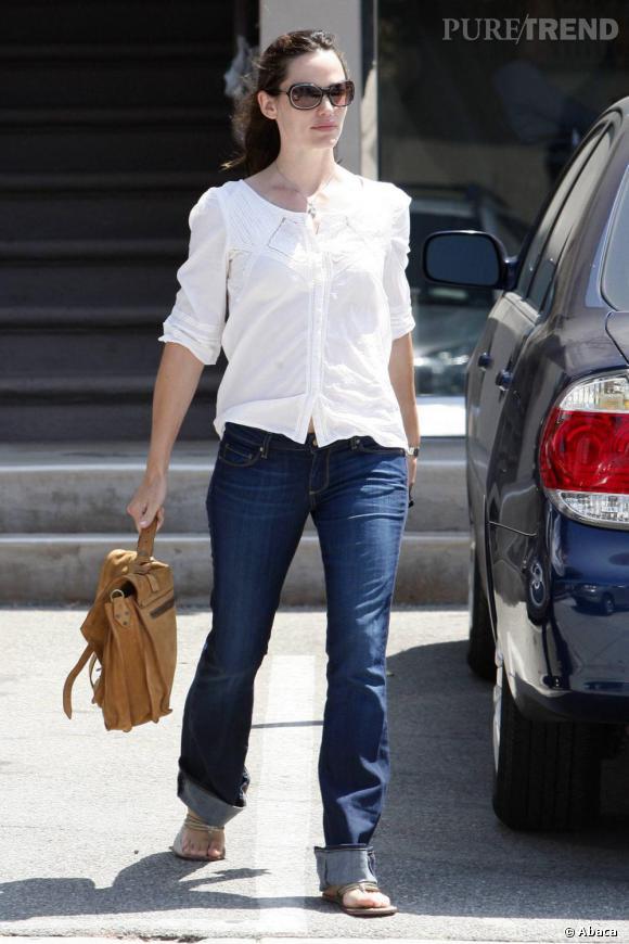 Tendance romantique, Jennifer porte une blouse en broderie anglaise qui vient habiller son jean et un sac cartable en touche trendy.
