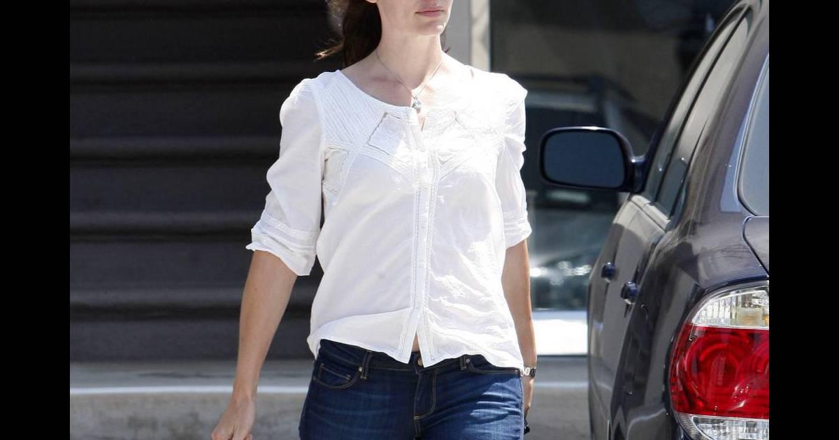 da8b674d7c Tendance romantique, Jennifer porte une blouse en broderie anglaise qui  vient habiller son jean et un sac cartable en touche trendy - Puretrend