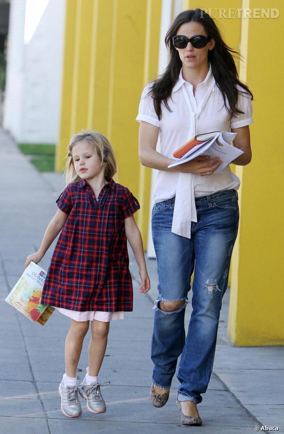 Fashion Mum, en toute décontraction, elle associe blouse à lavallière et jean élimé.