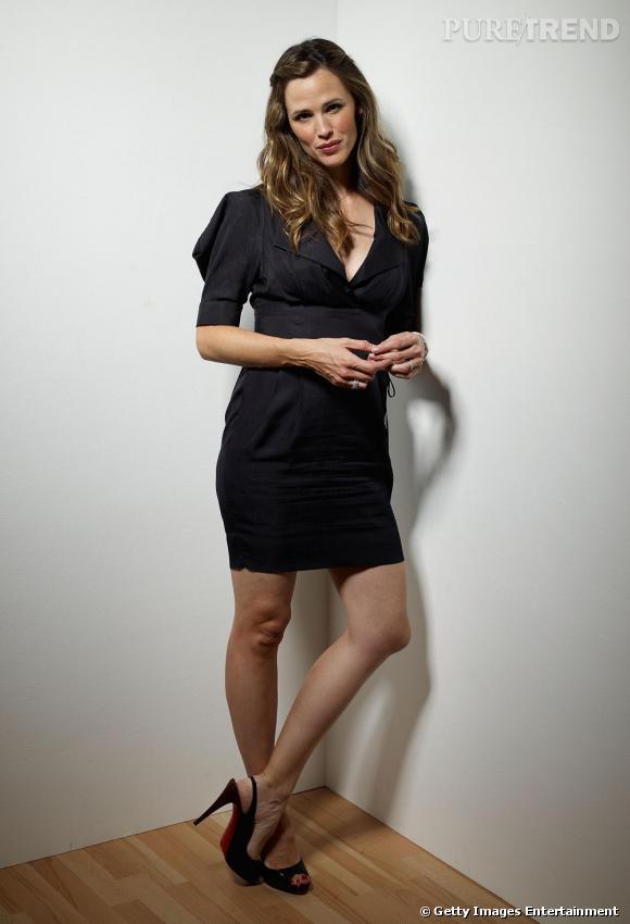 En robe Stella McCartney et chaussée de Louboutin, Jennifer se révèle d'une séduction incendiaire.