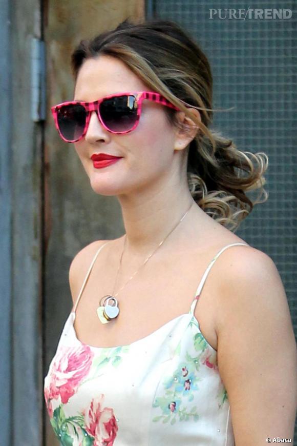Drew Barrymore joue les belles des champs un rien rétro et fond pour le rose sans jouer les poupées. Ce qu'on lui pique : ces lunettes, certes roses, mais surtout décallées qui lui permettent de s'offrir une touche girly sans virer ado.