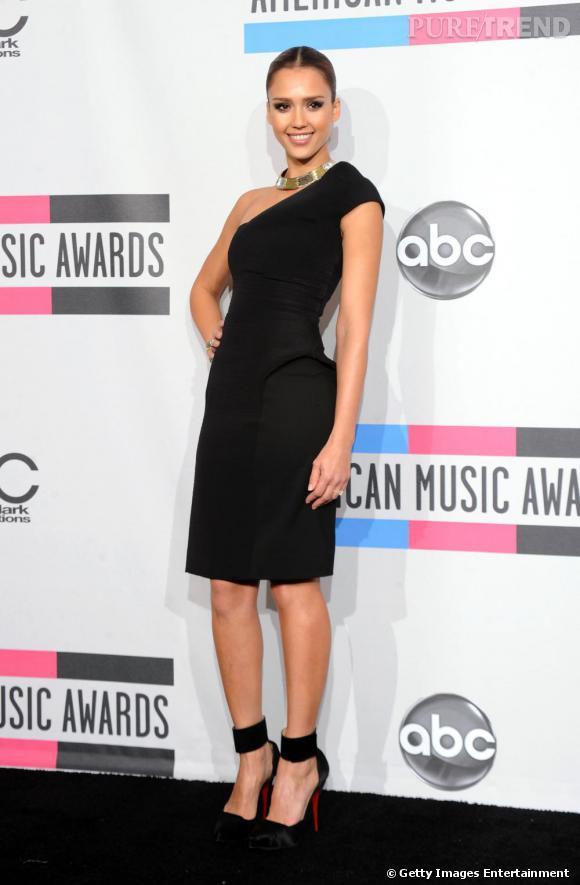Jessica Alba joue la carte de la sophistication, vêtue d'une robe one-shoulder Cushnie et Ochs Automne 2010.
