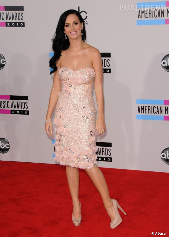 Sur red carpet, Katy Perry joue les mutines, limite Barbie Girl en Badgleu Mischka Printemps 2011.