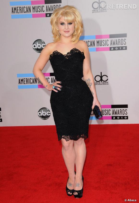 Kelly Osbourne reste fidèle à son nouveau look rétro, la crinière gonflée, la dentelle généreuse sur une robe Christian Dior Automne 2011.