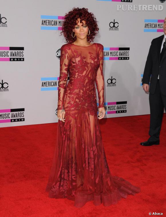 Rihanna assortit sa coupe afro bordeaux à une robe des plus audacieuses Elie Saab Couture Automne 2010. Une combinaison détonante.
