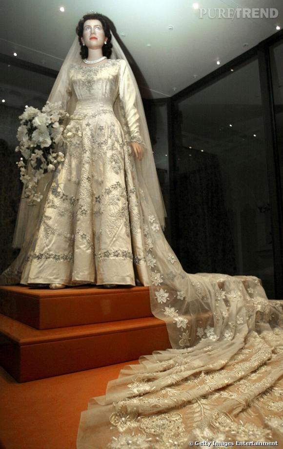 d223047eaec Robe de mariage de la Reine Elizabeth II créée par Norman Hartnell. C  039