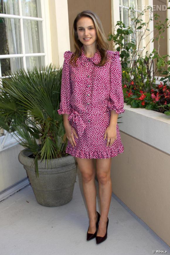 Natalie Portman porte une robe couverte de fleurs, très printanière, et semée de volants. Chic et romantique, elle s'élance sur des escarpins noirs, une bonne idée pour éviter une allure trop pincée.