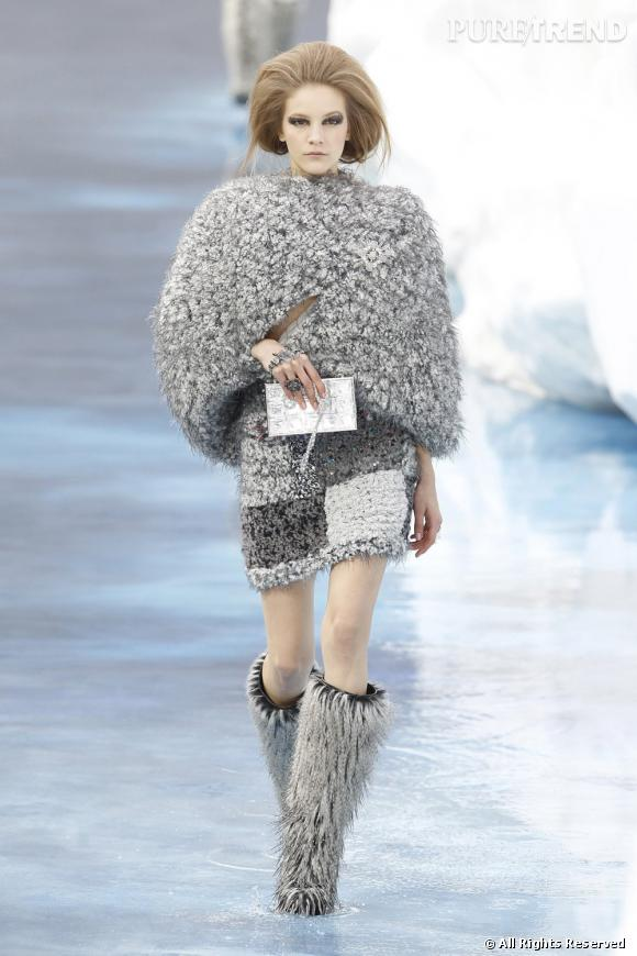 Sur la silhouette du catwalk, le sac s'impose comme une touche de lumière sur un total look moumoute gris perle et moon boots associées.