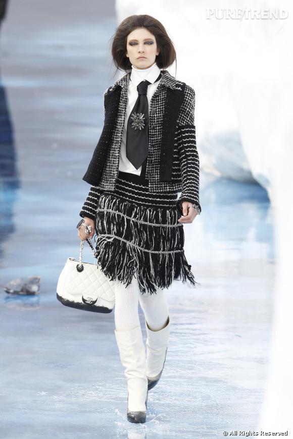 Venant agrémenter la silhouette d'une school girl des neiges, le petit sac est une des pièces les plus minimalistes de cette collection ultra sophistiquée.