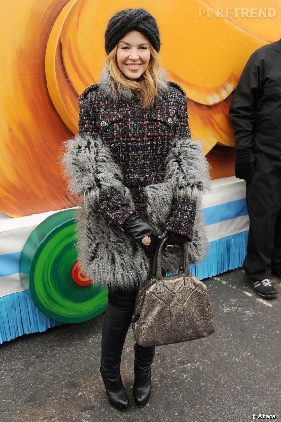 Plus audacieuses que ses collègues, Kylie Minogue fond pour la tendance fourrure de la saison avec un manteau mêlant moumoute et tweed.
