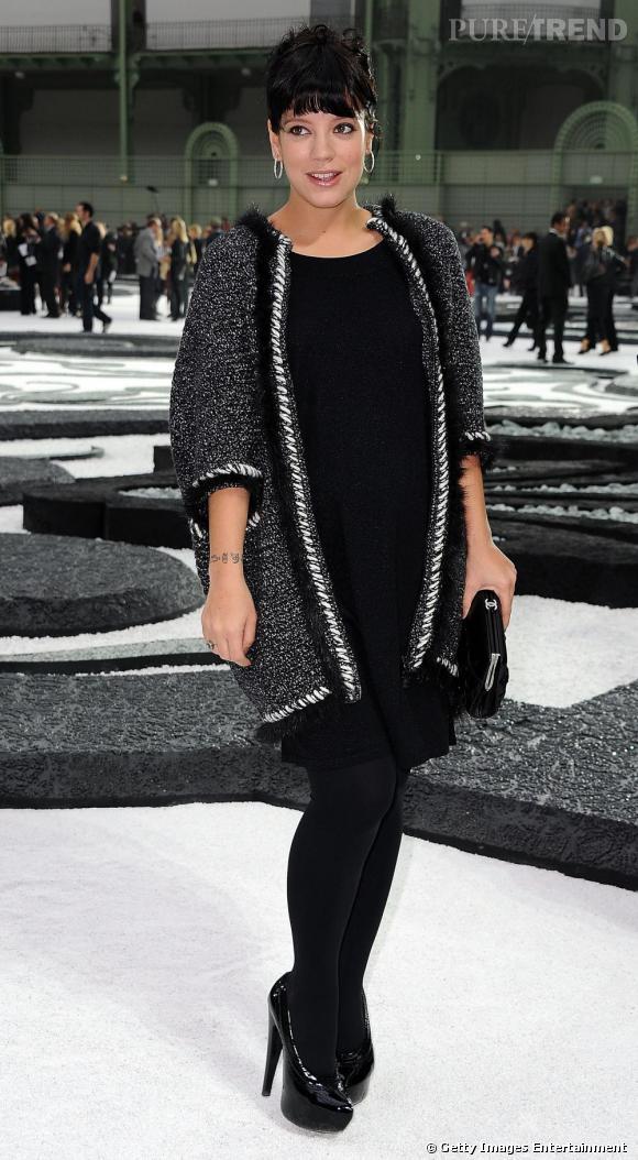 Total look noir pour Lily Allen au dernier show Chanel. Heureusement, elle compte sur un long cardigan aux détails argents pour illuminer le tout.