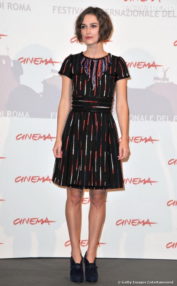 Keira Knightley opte pour un modèle assez accessible. Ré-interprétation d'une petite robe noire à la sauce rétro rebrodée de filaments multicolores.
