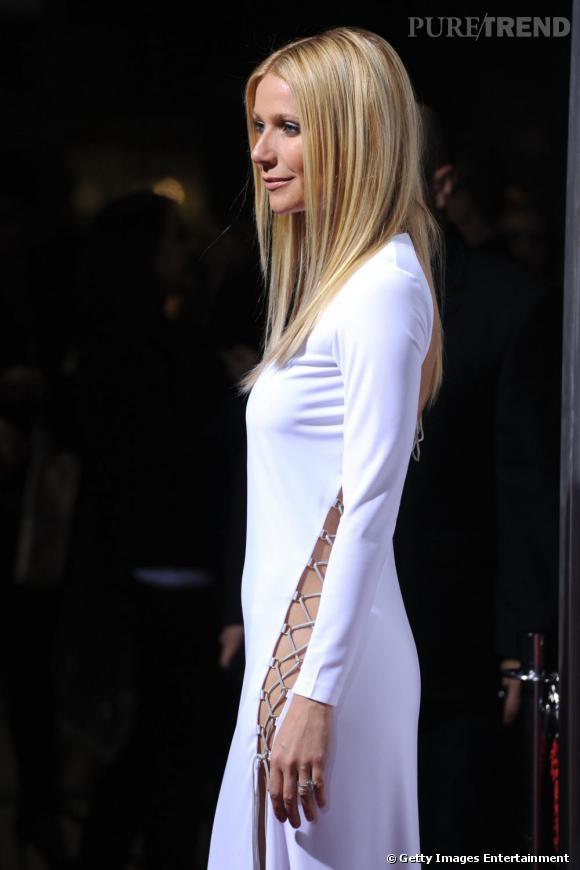 Gwyneth Paltrow tente de détourner notre regard de son visage avec une robe Emilio Pucci lacée et fendue de tout son long.