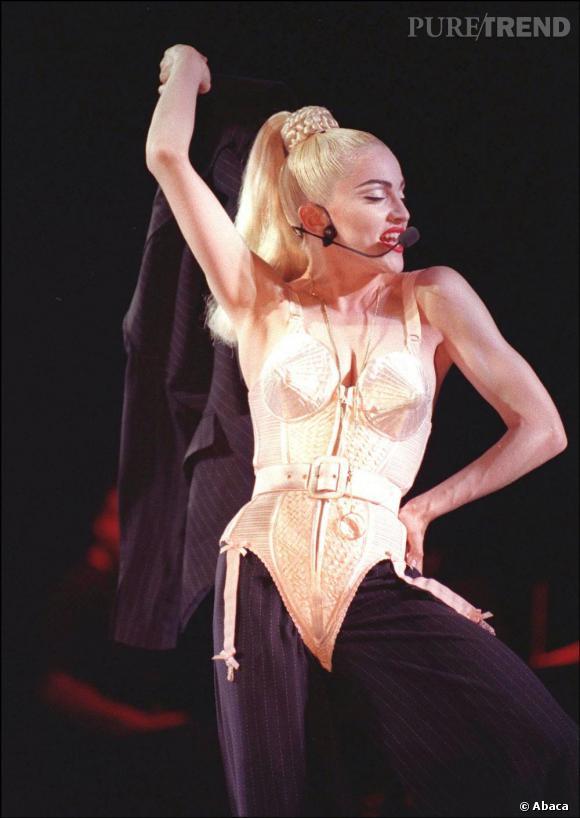 Le top look de scène  : body Jean-Paul Gaultier sur smoking d'homme, Madonna marque à tout jamais les esprits.