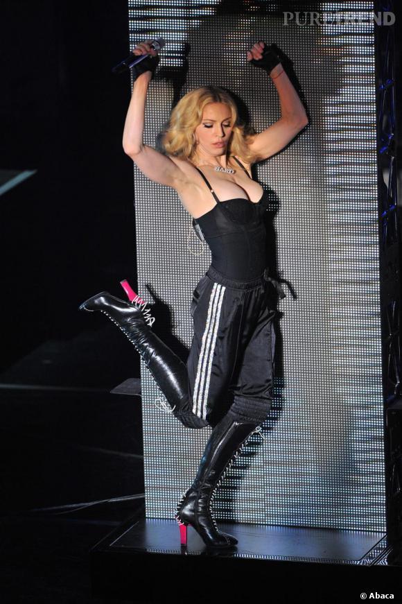 Le flop look de scène  : véritable show girl, Madonna s'illustre par des looks toujours plus extravagants lors de ses concerts. ici elle mixe bottes vulgaires, jogging et corset de tavernière, un beau raté.