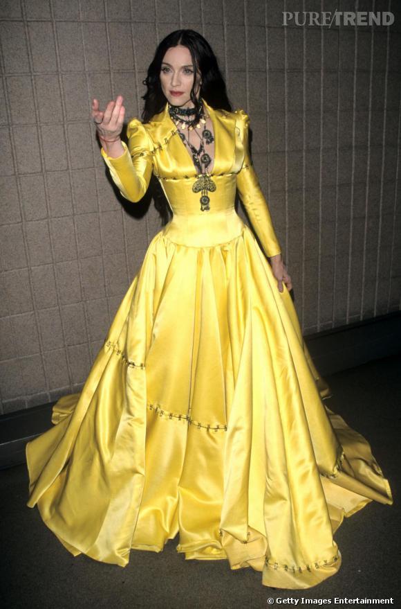Le flop déguisement  : la crinière noire corbeau, les bijoux ostentatoires et la robe meringue jaune, Madonna joue les princesses, mais mystiques.