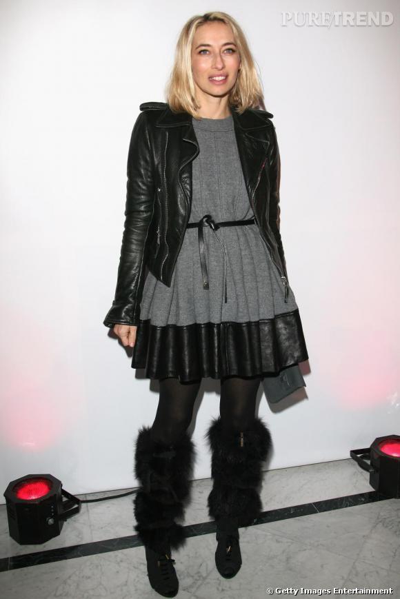 Audacieuse, Alexandra Golovanoff mélange les genre, 60's avec une robe bouffante, rock'n roll et fun avec un perfecto et des bottes Vuitton.