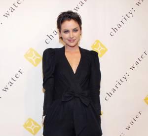Combinaison vintage signée Janey Lopaty pour Jessica Stroup qui rompt ainsi avec la classique petite robe noire.