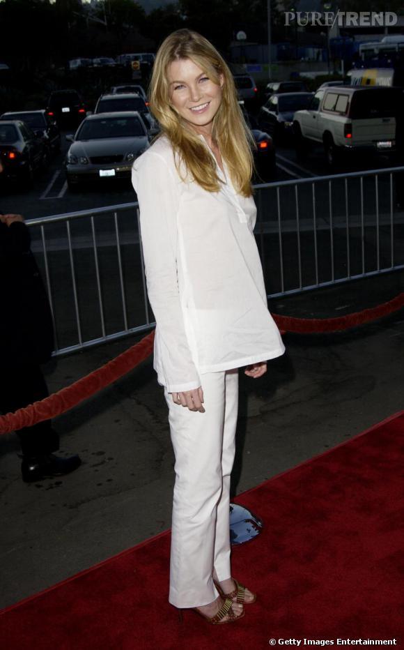 2002 : Encore timide, Ellen Pompeo joue la carte du blanc en tunique et pantalon droit.