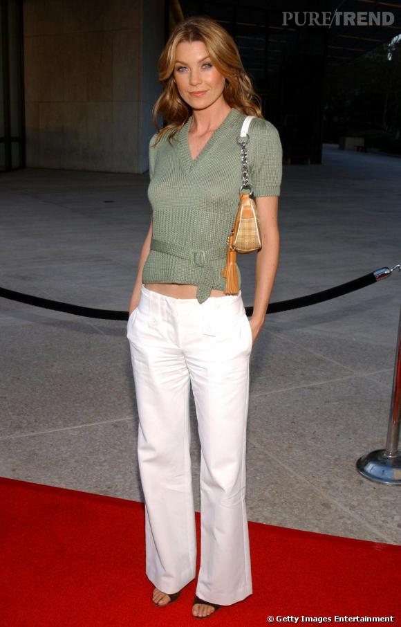 2004 : Nombril à l'air et sac baguette sur red carpet, Elle Pompeo a tout compris pour faire la une des tabloïds.