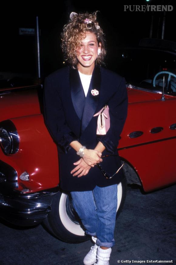 Le flop première apparition : Sarah Jessica Parker débute sa carrière dans les années 80 et subit fortement leur influence. La crinière remontée en banane, avec des petites fleurs, les chaussures blanches, le jean trop court et la veste trop grande, on ne sait que choisir.