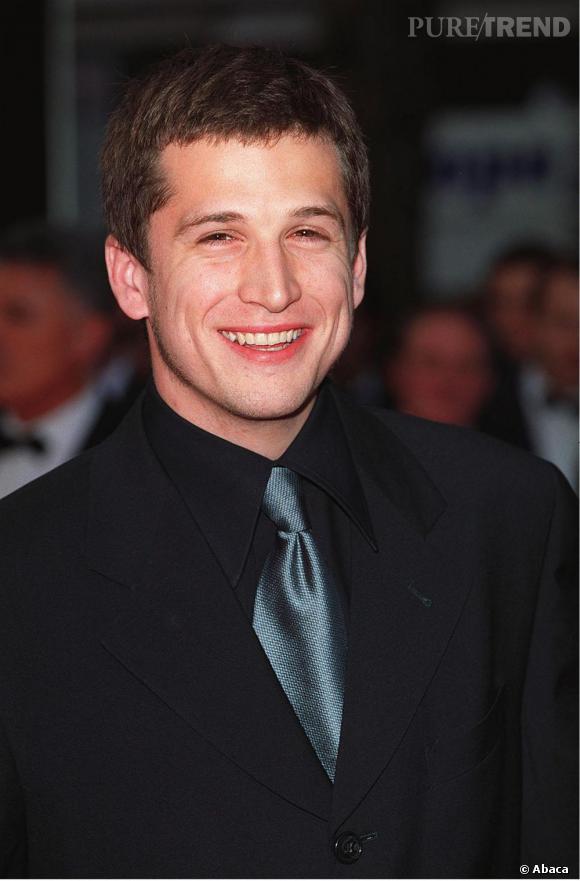 Guillaume Canet à ses débuts en 2000 : pour le festival de Cannes, il mise sur un costume noir avec une cravate bleue.
