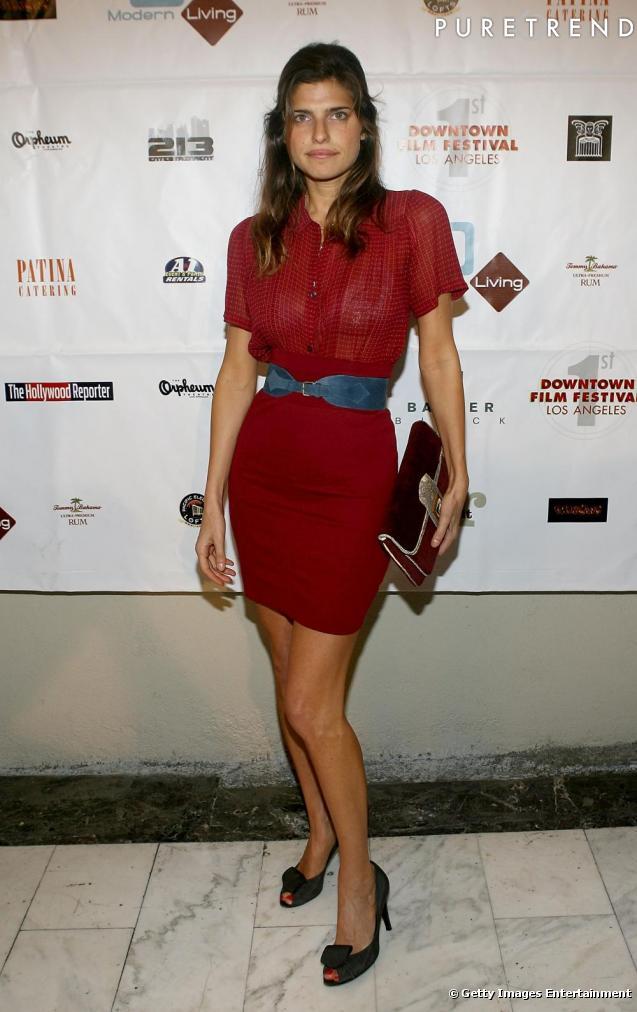 Une robe rouge avec une ceinture bleue une association - Association couleur rouge ...