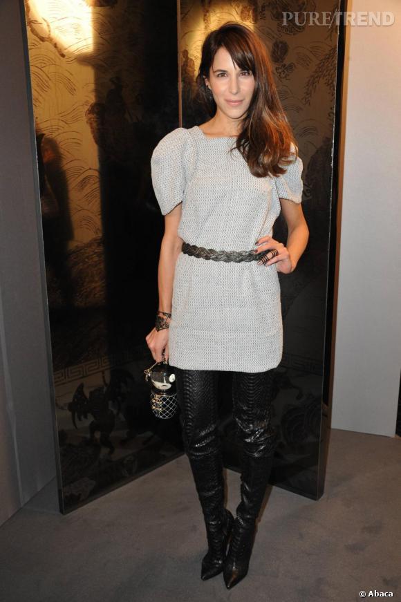 Caroline Sieber, ambassadrice de la marque Chanel à Londres, très chic et couture, armée d'une babouchka siglée des deux C.