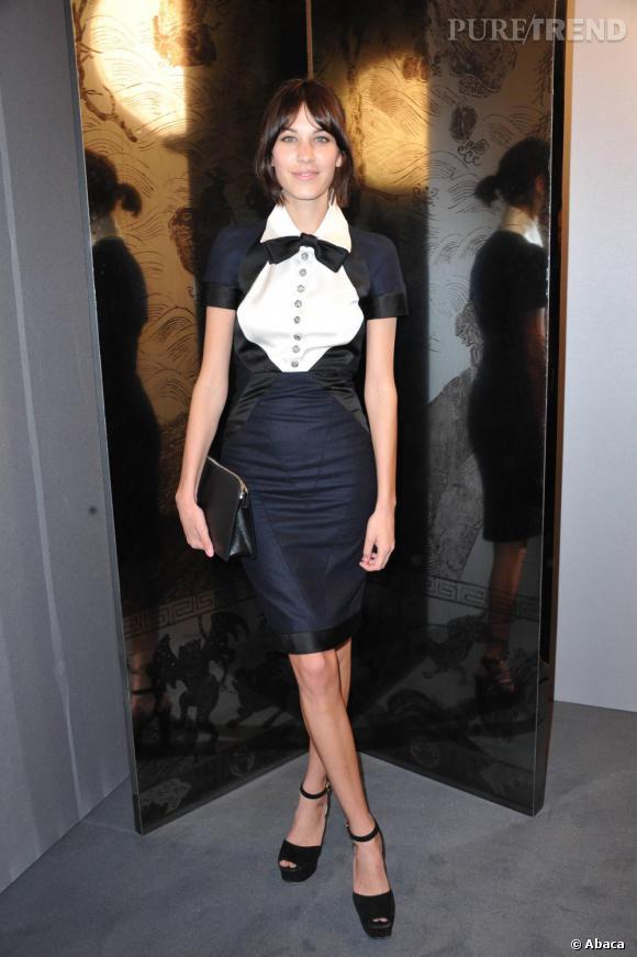 Alexa Chung puise dans le vestiaire masculin et brille en robe Chanel collection Couture automne 2010.