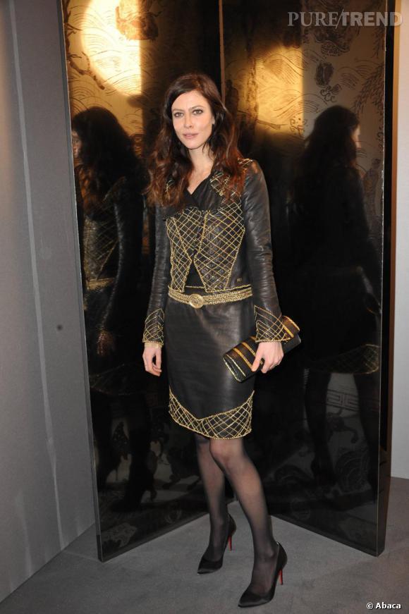 Égérie Chanel, Anna Mouglalis ne pouvait que porter un ensemble de la maison. Petite entorse au règlement tout de même, avec des escarpins Louboutin aux pieds.