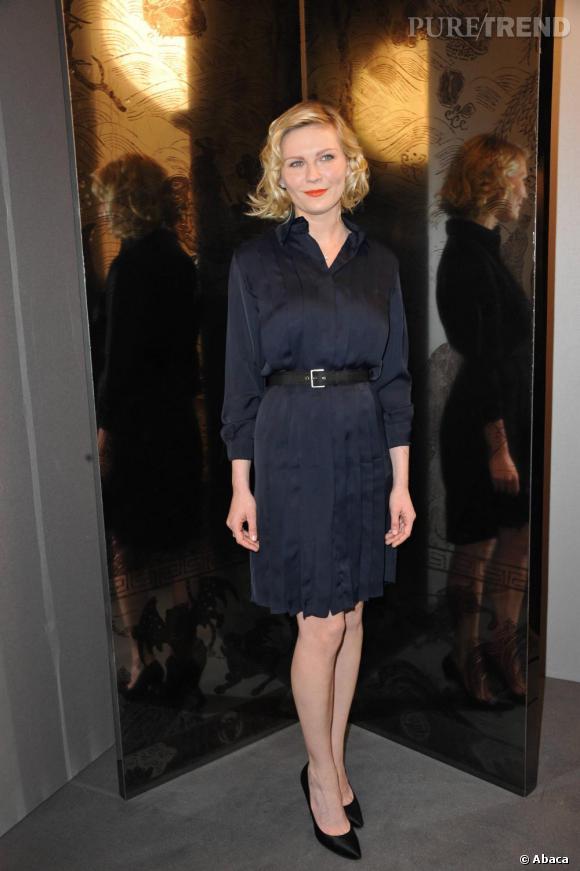 Kirsten Dunst, sobrement élégante en robe plissée, la taille ceinturée.
