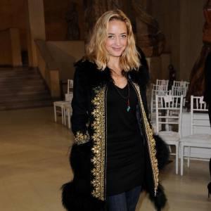 Afin de donner beaucoup de style à une allure un peu sombre, l'actrice mise sur un manteau noir et or signé Manoush.