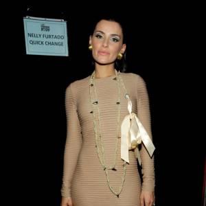 """La chanteuse de """"Like a Bird"""" n'a rien à envier aux autres : ses courbes sont parfaitement mises en valeur, dans une robe crème."""