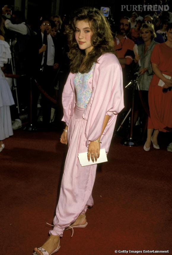 Le flop première apparition : claquettes roses aux pieds, l'actrice en barbe à papa, avec un ensemble beaucoup trop grand.