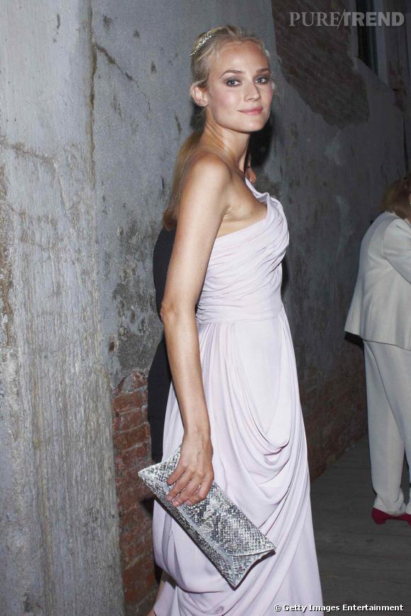 Modèle python pour Diane Kruger qui pimente ainsi son allure de vestale.