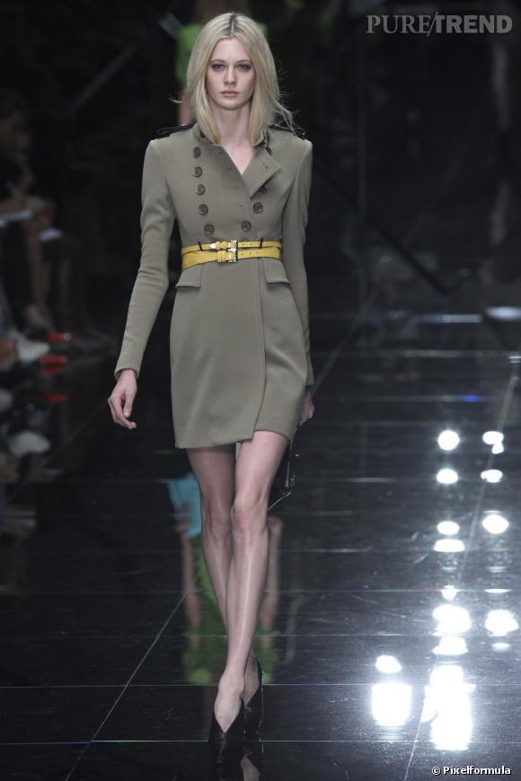 La mini-ceinture : défilé Burberry Prorsum printemps-été 2011.
