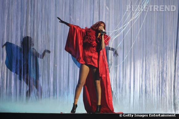 Rihanna en pleine performance live aux Brit Awards.