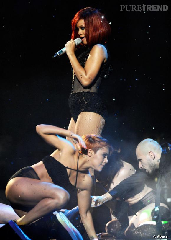 La chanteuse et ses danseurs.