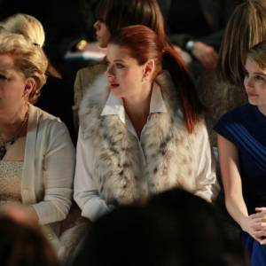 Bette Midler, Debra Messing et Emma Roberts, attentives, aux front row Michael Kors.