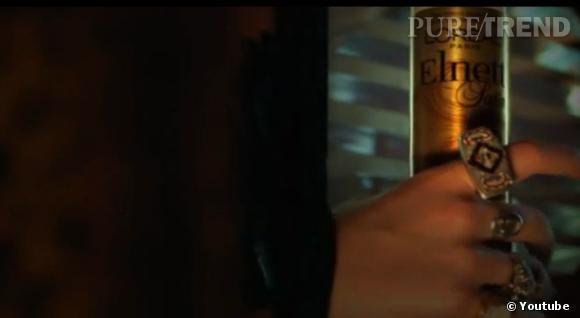 """Clip version Us  In For The Kill,  de La Roux, placement de la laque """"Elnett"""" de L'Oréal."""