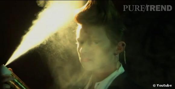 """""""Elnett"""" dans le clip de La Roux  In For The Kill."""