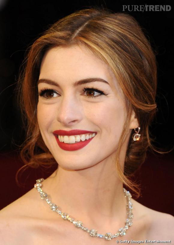 Anne Hathaway opte pour un châtain doré qui lui illumine le visage. Une chevelure qu